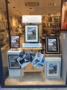 Artem imprime et encadre les photos numériques, exemple de photos numériques imprimées seules et photos de l'éléphant de Nantes encadrées par Artem, en vitrine du magasin, présentées sur des chevalers