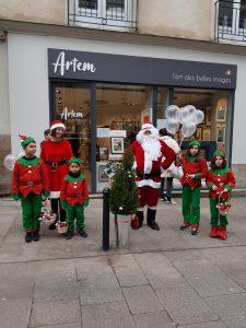 Le père Noël devant la boutique Artem à Nantes.