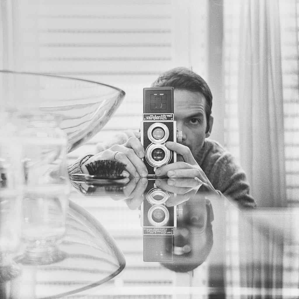 James Guerin, artiste réalisant des cyanotypes, ici avec un de ses nombreux appareils photos.