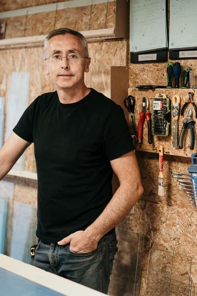 Portrait de Michaël dans son atelier d'encadrement pour Artem à Nantes.