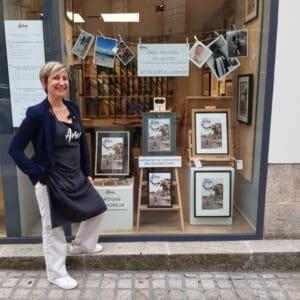 Portrait de Sandrine devant la boutique Artem à Nantes.