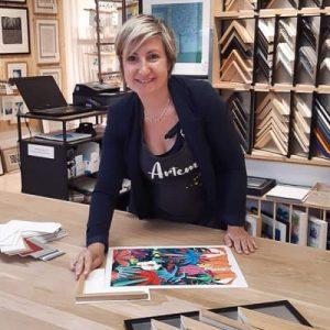 Portrait de Sandrine qui vous accueille chez Artem à Nantes.
